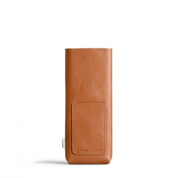 Slim Leather Sleeve - Suoja:  SlimMemobottle -juomapullolle valmistettu nahkainen suoja, joka sopii pulloon kuin nakutettu. Se pidentää pullon...