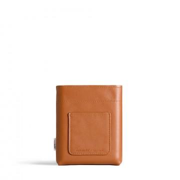 A6 Leather Sleeve - Suoja:  A6 Memobottle -juomapullolle valmistettu nahkainen suoja, joka sopii pulloon kuin nakutettu. Se pidentää pullon...