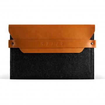iPad Mini Envelope - Fodral:  Den unika kombinationen av filt och vegetabiliskt garvat läder erbjuder komfort för din iPad mini. Knappen är...