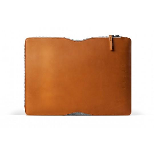 """13"""" Macbook Folio - Suojakotelo:  Folio Macbook-suojakotelossa laatu ja tyyli on huippuunsa viritelty. Ruskea parkittu nahka ja harmaa huopa on..."""