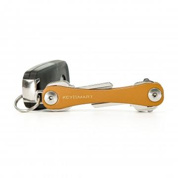 KeySmart Leather - Avaimenperä:  KeySmart Leather on tyylikäs tapa kantaa avaimia. Pehmeä tekonahka alumiinirungon pinnalla tarjoaa erinomaisen...