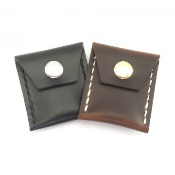 Coin Case - Kolikkotasku:  Nepparikiinnityksellä varustettu Scout Leather Coin Case pitää taskurahat aisoissa ja naarmuttamatta kaikkea...