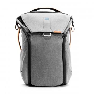 Everyday Backpack 30 L - Reppu:  Peak Design Everyday Backpack -reppu mukautuu päivääsi ja mitä tahansa mukana kannatkin. Läpässä oleva MagLatch...