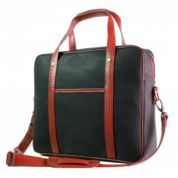 Soft Briefcase - Olkalaukku:  Soft Briefcase -laukku on tehty käytöstä poistetusta, erittäin kestävästä paloletkusta sekä kierrätetystä,...