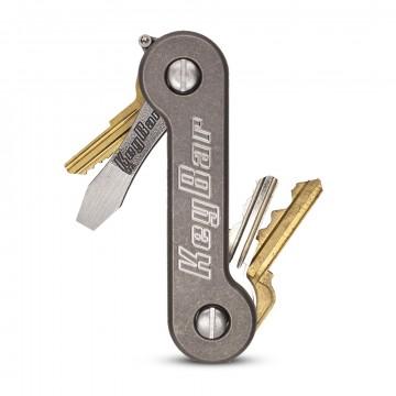KeyBar Titanium:  KeyBar Titanium organisoi avaimesi ja muut yhteensopivat tarvikkeet monitoimityökalun tapaan. Lataa avaimet sisään...