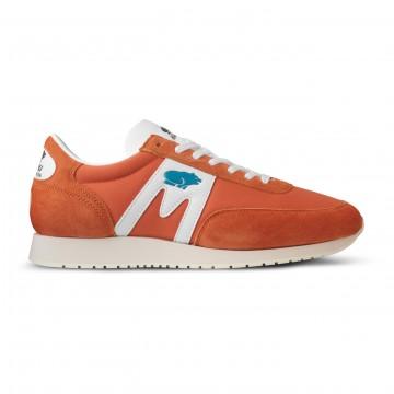 Albatross 82 Burnt Orange / White:   Ikonista Karhu-designia vuodelta 1982.    Karhu kehitti maailman ensimmäiset Air Cushion -vaimennetut kenkämallit...