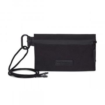 Eric - Laukku:  Eric-laukku on kevyt kantoväline kahdella vetoketjutaskulla. Se tarjoaa tilaa puhelimelle, lompakolla ja vaikka...