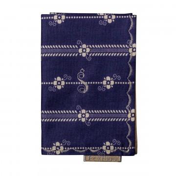 Floral - Taskuliina:  Tässä sinisen sävyisessä Fox Hanx -taskuliinassa on kermanvärinen kukkaprintti sekä tikattu reunus. Valmistettu 100%...
