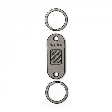 QR - Avainketju:  QR on titaanista työstetty quick-release -avaimenperä, joka on oiva lisä avainnippuusi. Se on tehty kahdesta...