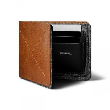Bi-Fold - Lompakko:  Bi-Fold -lompakko saattaa äkkiseltään näyttää yksinkertaiselta nahkalompakolta. Mutta älä anna sen hämätä,...
