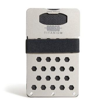 Titanium Hinge - Lompakko:  Kaksiosioinen saranarakenne ja vetohihna takaavat helpon pääsyn kortteihin ja käteiseen. Toisin kuin muut yhden...