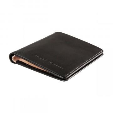 Merv - Lompakko:  Kompaktista koostaan huolimatta Merv on monipuolinen lompakko päivittäiseen käyttöön. Täysikokoinen setelipaikka,...