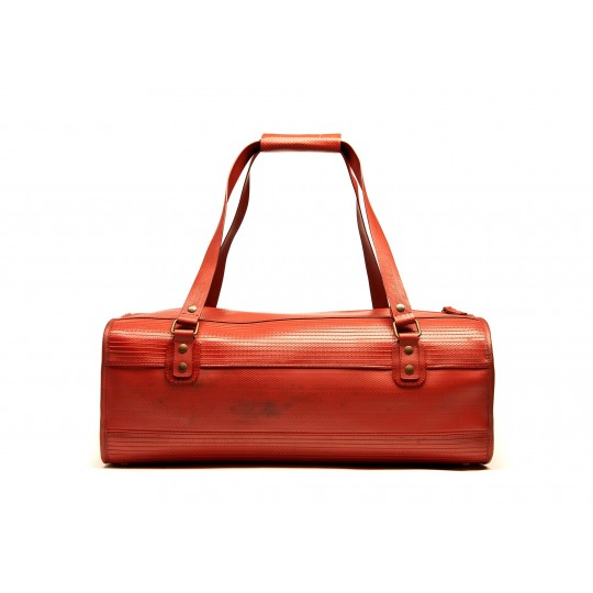 The Overnight Bag - Laukku:  Laukku avautuu päältä kokonaan, joten saat tavarasi sisään ja ulos helposti. Laukkuun mahtuu kaikki lyhyeen reissuun...