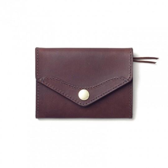 Scout - Lompakko:   Scout-lompakosta on karsittu kaikki turha pois: kompaktit sisätaskut ja vetoketjutasku ulkopuolella. Lompakko...