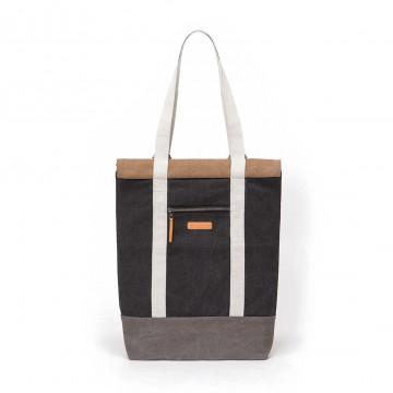 Hendrik - Laukku:  Henrdik-laukkua voi käyttää kassina, olkalaukkuna tai reppuna. Päältä rullattava sujinmekanismi velcrolla ja...