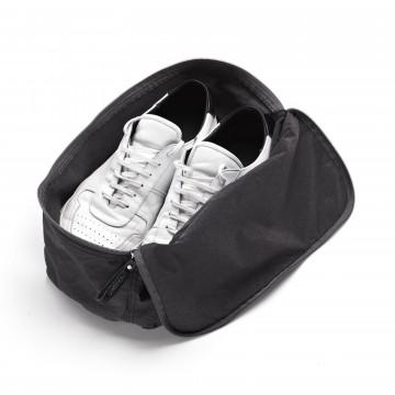 Shoe Bag - Kenkäpussi:  Kenkäsi pitävät tästä kenkäpussista, koska ne pysyvät siinä kodikkaasti suojassa. Ja laukkusi muut tavarat pitävät...