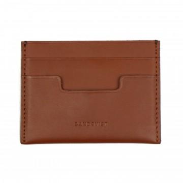 Buck - Lompakko:  Buck on simppeli ja ohut lompakko, jossa neljä korttipaikkaa ja yksi setelitasku. Valmistettu kasvisparkitusta...
